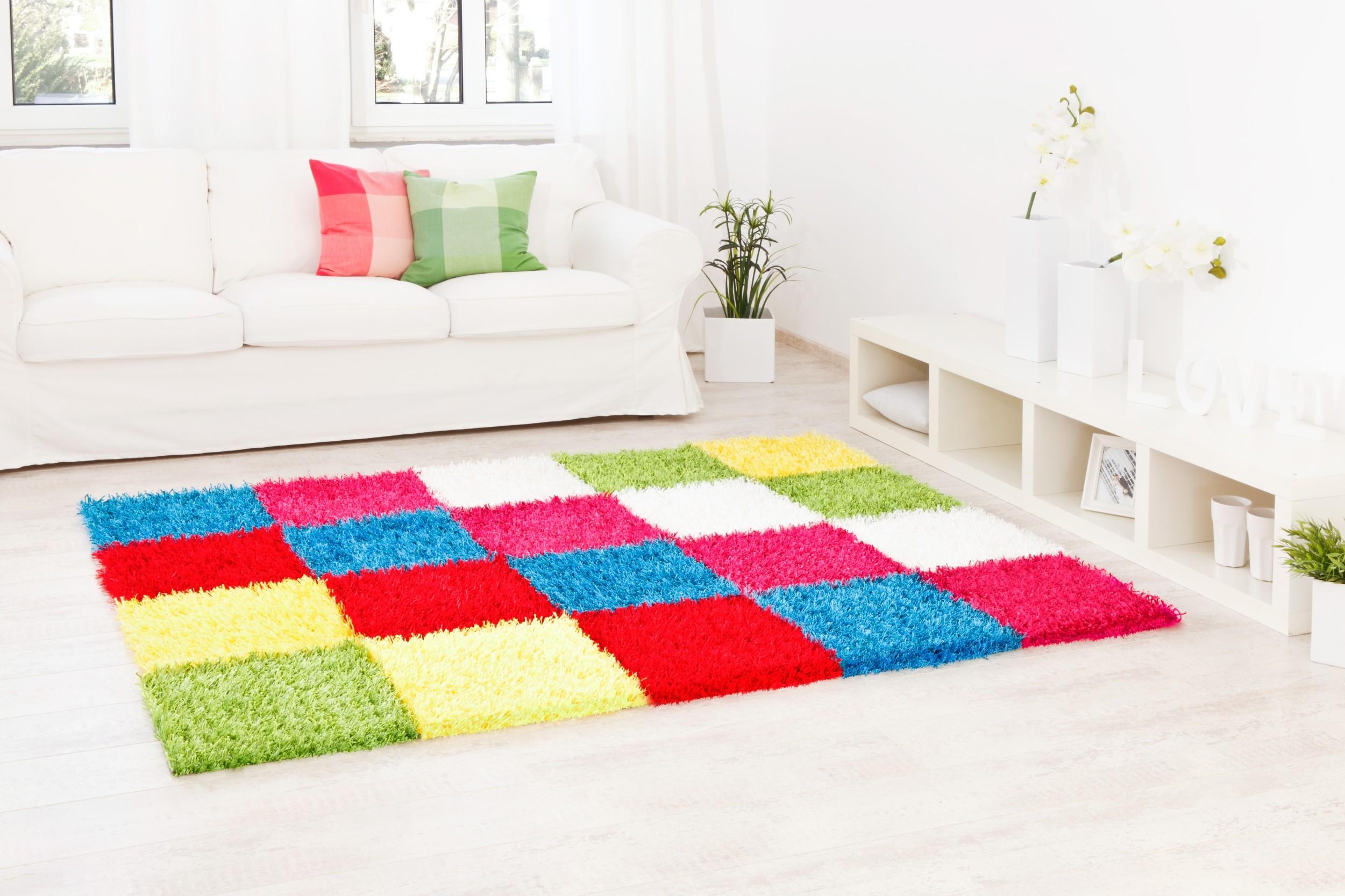 Teppich Al Mano Beispiel: diagonales Kachelmuster mit frischen bunten Farben (grün, gelb, rot, türkis, pink, weiß)
