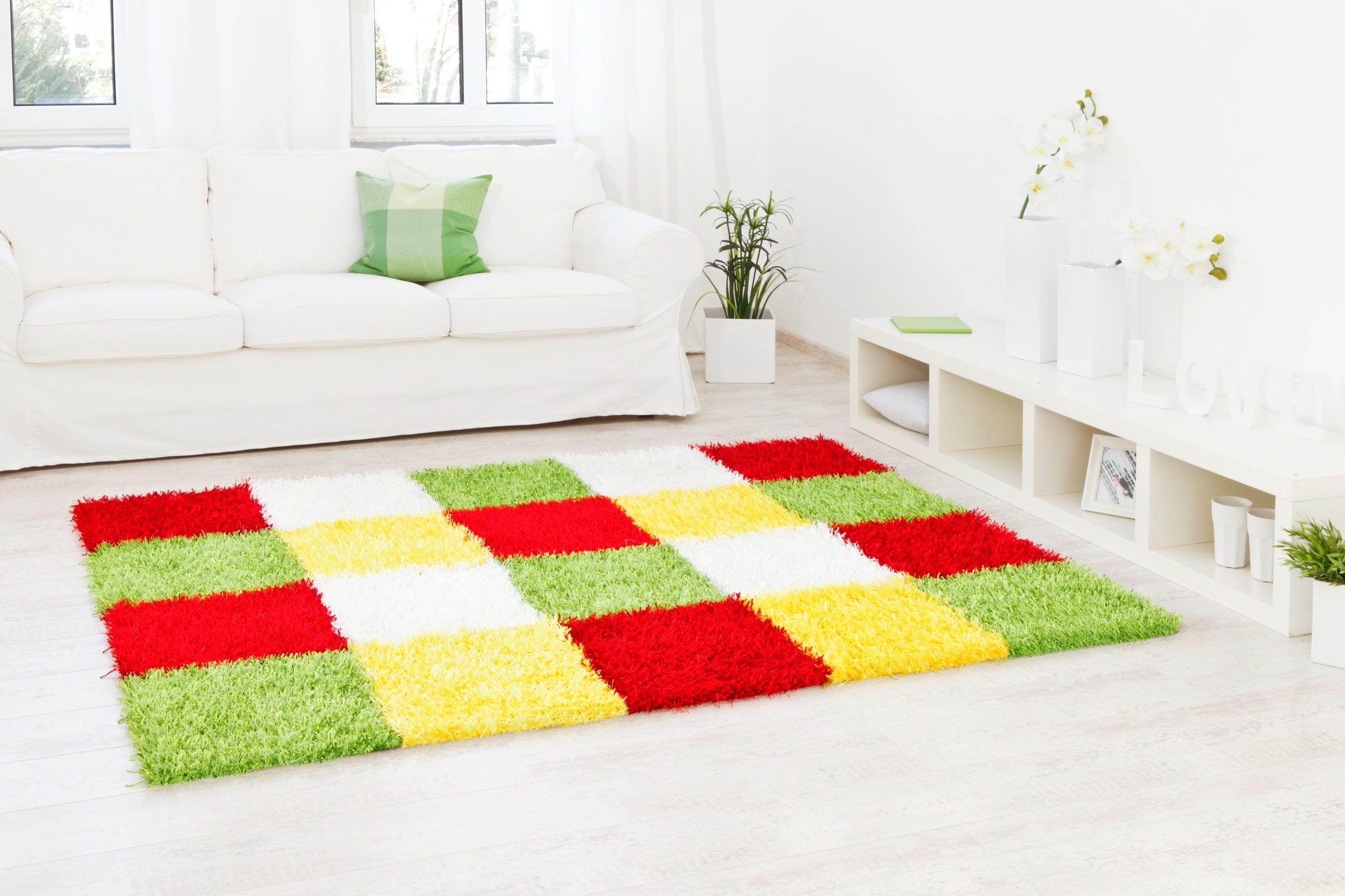 Teppich Al Mano Beispiel: lineares Kachelmuster mit frischen bunten Farben (grün, rot, weiß, gelb)