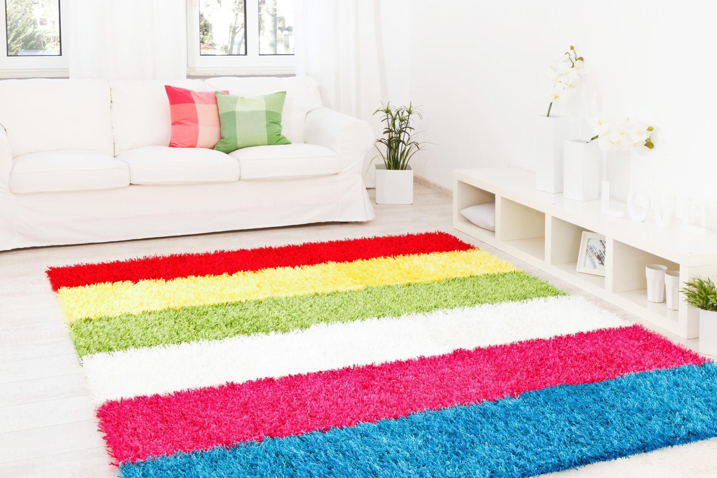 Teppich Al Mano Beispiel: Linien in frischen bunten Farben (rot, gelb, grün, weiß, pink, türkis)