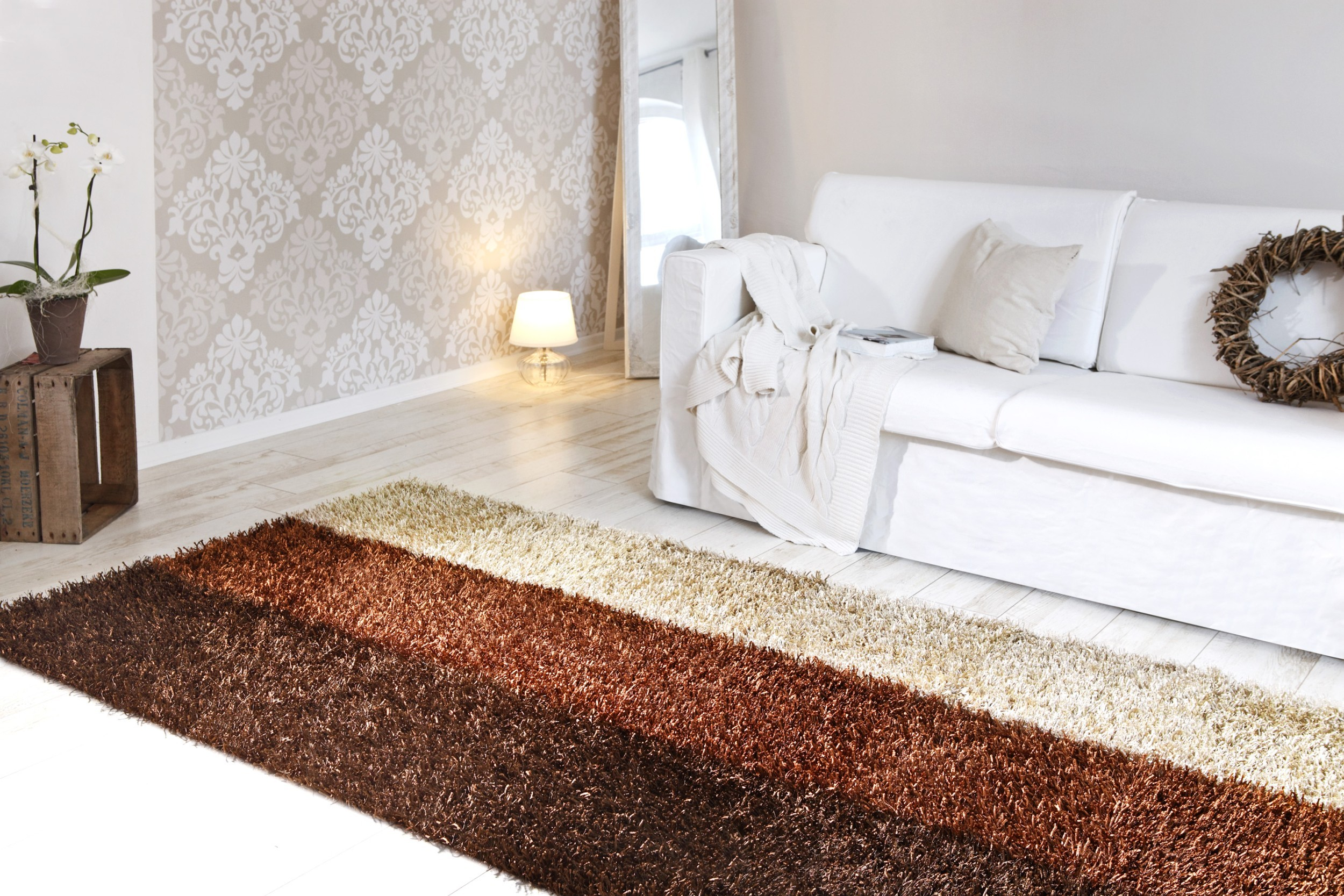 Teppich Al Mano Beispiel: längliches Streifenmuster in Erdtönen (dunkel braun, braun, sand)
