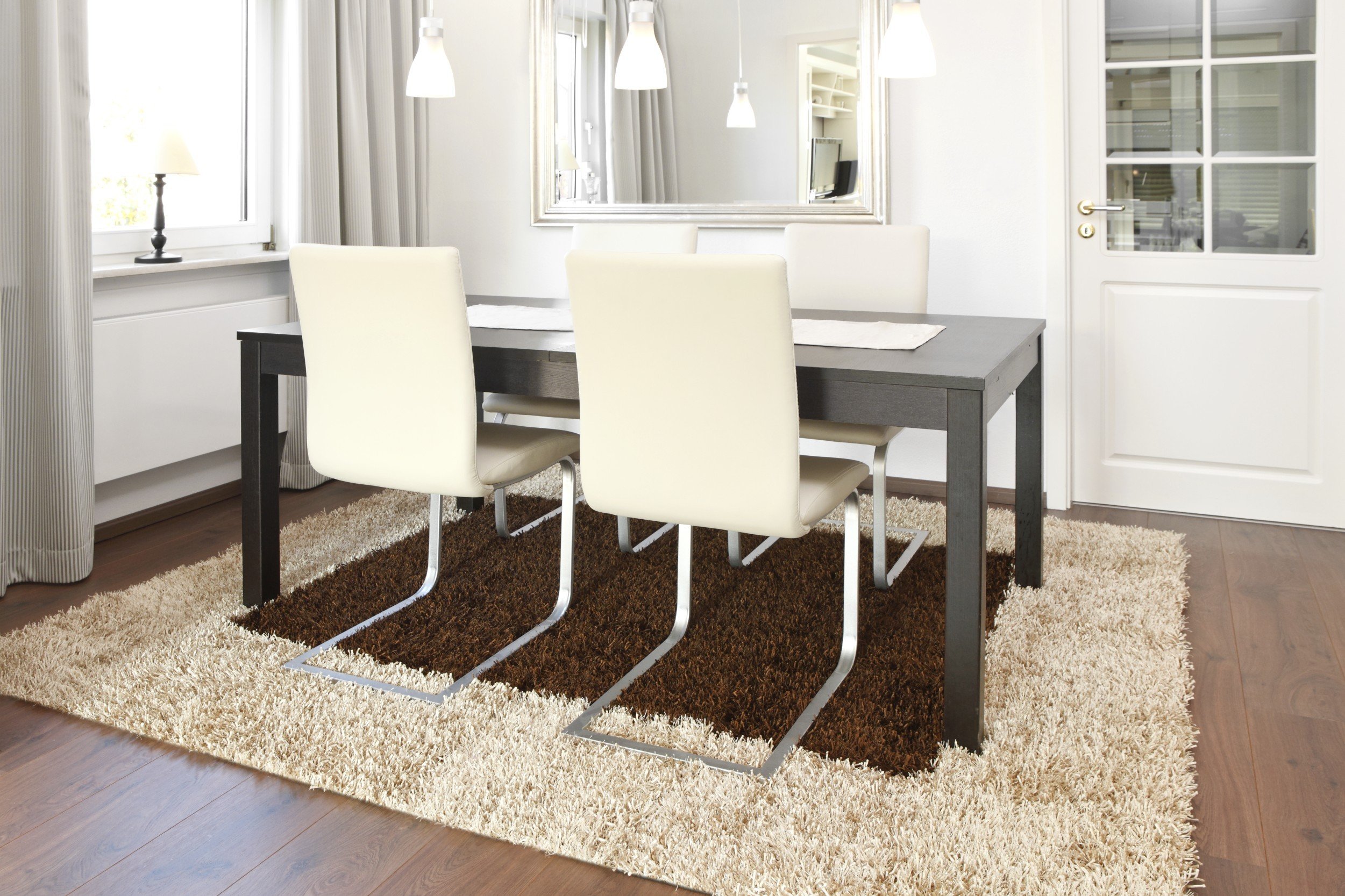 Teppich Al Mano Beispiel: als rechteckiger Esszimmerteppich in creme und braun mit Tisch und Stühlen